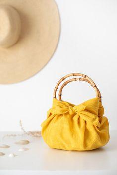 DIY No Sew Furoshiki Purse (with handles! Diy Fabric Purses, Diy Bags Purses, Diy Purse No Sew, Diy Purse Organizer, Sacs Tote Bags, Furoshiki Wrapping, Diy Sac, How To Make Purses, Diy Mode