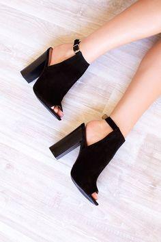 Tacones negros que debes tener ¡ya! http://beautyandfashionideas.com/tacones-negros-que-debes-tener-ya/ #Fashionshoes #Fashiontips #fashiontrends #Shoes #Taconesnegros¡Quedebestenerya! #Tipsdemoda #Trends