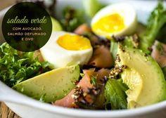 Salada verde com avocado, salmão defumado e ovo
