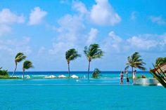 Бескрайний бассейн, лазурные воды Карибского моря и синее небо ждут вас этим летом! http://rivieramaya.grandvelas.com/russian/