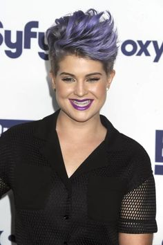 Kelly Osbourne steht auf Lila Kelly Osbourne, Strong Jawline, Star Wars, Haircut And Color, Trends, Face Shapes, Rock Music, Hair Cuts, Beauty