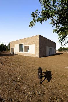 MARQ / selección / casa Luis y Eulalia / Sa Pobla, Mallorca Arch House, Tadelakt, Rammed Earth, Concrete Structure, Ceramic Houses, Facade Architecture, Little Houses, Cladding, House Painting