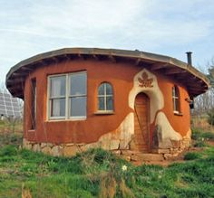 Round, cozy and beautiful. Natural, alternative housing. - thanks to http://www.ourgreengoodlife.org/house/alternative-building.html for the photo
