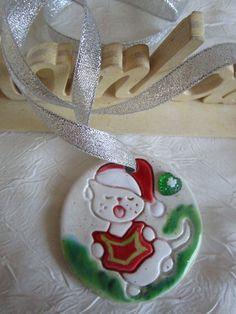 """Collier pendentif plastron  ou décoration de Noël """"Un  adorable chaton intellectuel"""" de la boutique framboisefrancoise sur Etsy"""