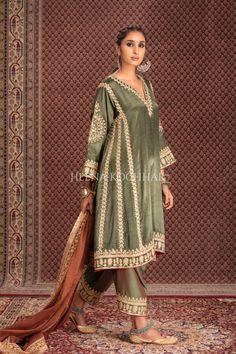 Pakistani Fashion Party Wear, Pakistani Dresses Casual, Pakistani Bridal Wear, Indian Fashion Dresses, Pakistani Dress Design, Tunic Designs, Kurta Designs Women, Indian Attire, Indian Wear