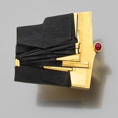 Othmar ZSCHALER / ring gold, ebony and ruby. Grande bague abstraite Le plateau…