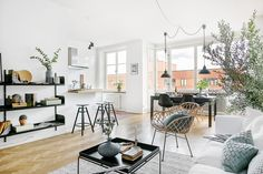 #Salón amplio y luminoso en el que el blanco, el negro y los detalles de madera crean un ambiente #nórdico en el que encontramos dos sillas Tower Wood en negro | Disponible en tienda, 35.00€.