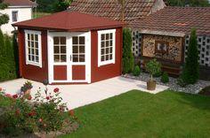 In eine Gartenecke schmiegt sich dieses schöne 5-Eck-Gartenhaus in Schwedenrot und Weiß. Die von Rosen und grünem Rasen gesäumte Terrasse lädt zum Verweilen ein.
