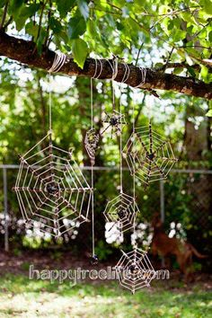 56 DIY Halloween Outdoor Decorations Ideas to Try This Year Outdoor Tree Halloween Decorations Ideas Diy Halloween Spider Web, Outdoor Halloween, Halloween Crafts, Halloween Decorations, Outdoor Decorations, Creepy Halloween, Halloween Party, Snoopy Halloween, Fall Decorations