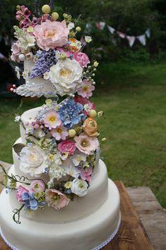 #bruidstaart met een waanzinnige #bloemendecoratie ! prachtig.  www.bloomly.nl in #Amsterdam