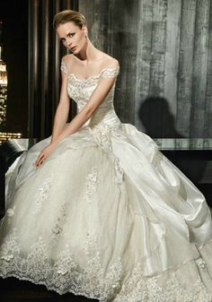 This gorgeous wedding gown reminds me of Cinderella!