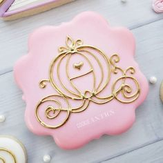Got to play with some icing while my kiddos were at camp! 😀 Swipe << to get up close and personal! 😂 Balloon cookies inspired by… Fancy Cookies, Iced Cookies, Cute Cookies, Cupcake Cookies, Sugar Cookies, Cupcakes, Disney Princess Cookies, Disney Cookies, Sugar Cookie Royal Icing