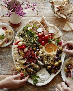 recette de plateau antipasti végétarien façon, mezze grec accompagné de sauce tzatziki, de houmous et de taboulé