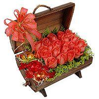 Baú recheado de rosas nacionais