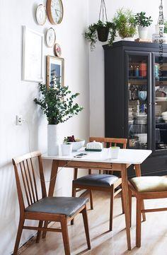 Te weinig ruimte in huis voor een grote tafel? Ga dan voor compact én stijlvol met een kleine tafel, wat foto's en kamerplanten en creëer een plek gericht op gezellig samenzijn. Laat je inspireren door onze ideeën. #IKEABE #IKEAidee Not enough space to fit a large table? Go for compact and stylish with a small table, some pictures and plants and create a place aimed at spending time together. Be inspired by our ideas. #IKEABE #IKEAidea