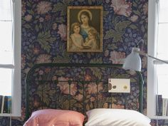 Tapet Ava, 1 150 kronor per rulle, Sandberg tyg & tapet. Tavla, 165 kronor, Myrorna. William Morris Wallpaper, Morris Wallpapers, Welcome To My House, Vintage Interiors, Wall Patterns, Scandinavian Home, Pattern Wallpaper, Decoration, Interior Design