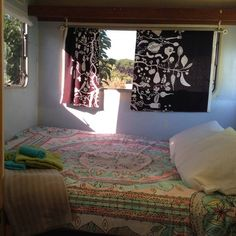 Całe miejsce w Colares, Portugalia. Small vintage trailer in a Permaculture Farm, ten minutes away walking from the main Sintra beaches, with a bus stop at the door to get to Sintra. In this organic Coop you can enjoy a frugal and simple life style. The toilets are compost toilets, ...