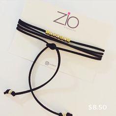 Choker negro, hecho con cordón de gamuza, detalles en oro sin broche.