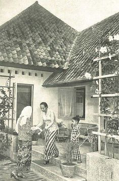 Silaturahmi setelah bulan Ramadhan, Jakarta 1953 Silaturahmi (greeting family and friends after Ramadhan). 1953 Heru Susmono saved to Indonesia - 1953 Vintage Pictures, Old Pictures, Old Photos, History Of Islam, Gabion Wall, Dutch East Indies, Colonial Architecture, Balinese, Historical Photos