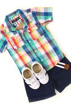 Petit Look Big Player:  Petit look para pequenos estilosos e moderninhos. Camisa xadrez colorida, bermuda azul marinho com cinto e sapatênis branco e azul.  http://www.nanapetit.com.br/petit-look-big-player-p1168/