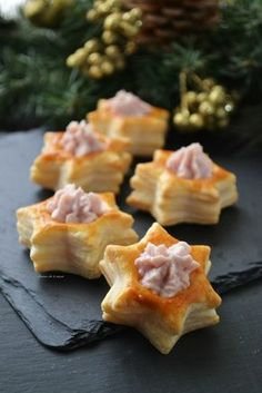 Christmas Voulevant EASY and really fast!- Voulevant di Natale FACILISSIMI e davvero veloci! Christmas Voulevant the EASY AND FAST appetizer perfect for your parties. Delicious morsels with ham filling! New Years Eve Dinner, Xmas Dinner, Christmas Dishes, Xmas Food, Snacks Für Party, Holiday Appetizers, Food Themes, Food Humor, Antipasto