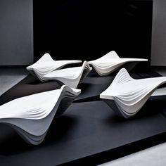 Zaha Hadid a conçu le banc Serac pour le Lab 23. Le design de ce meuble s'inspire des formations successives de couches de glace que l'on peut observer dans les crevasses glaciaires.  Développé comme une sculpture urbaine, l'articulation striée du banc apparaît homogène et s'intègre facilement dans un environnement contemporain.