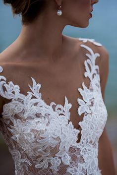 robe de mariée an V de dentelle superposé en avant . Wedding gown from Florence collection. voir www.nataliaexclusif.com