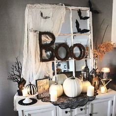 Looking for DIY Indoor Halloween Decor Ideas? Here you'll find some of the Best & incredibly unique Halloween Indoor Decoration Ideas. Spooky Halloween, Halloween Tafel, Porche Halloween, Halloween Geist, Theme Halloween, Halloween Home Decor, Holidays Halloween, Halloween Crafts, Halloween House Decorations