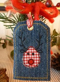 Denim tag idea for HHStudio gift purchases Diy Jeans, Jeans Denim, Vieux Jeans, Denim Ideas, Holiday Crafts, Christmas Decorations Sewing, Christmas Sewing, Christmas Projects, Christmas Gift Tags