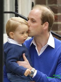 Prince William planted a kiss on Prince George's head on the way into see newborn Princess Charlotte Elizabeth Diana of Cambridge on May 2015 William Kate, Prince William Et Kate, Prince William Family, Prince George Alexander Louis, Kate Middleton Prince William, Duke William, Princesa Diana, Princesa Charlotte, Princess Kate