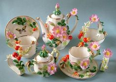 Awwwwwww I would love to have this tea set for my gbabygirls! Vintage Tea, Vintage Dishes, Tea Cup Set, Tea Cup Saucer, China Tea Sets, Teapots And Cups, Teacups, Chocolate Pots, Tea Time