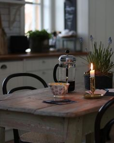 29 Gorgeous Shabby Chic Kitchen Decor Ideas that are Comfy, Cozy and Sweet - The Trending House Kitchen Dining, Kitchen Decor, Dining Room, Room Kitchen, Kitchen Sink, Dining Table, Vie Simple, Sweet Home, Hygge Home