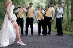 drôle de photo de mariage: la mariée montre sa jarretière