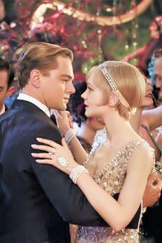 The Great Gatsby (2013) | Leonardo DiCaprio (Gatsby) dances with Carey Mulligan (Daisy Buchanan) Raconté par un voisin devenu son ami, le roman tourne autour du personnage de Gatsby, jeune millionnaire charmant au passé trouble qui vit luxueusement dans une villa toujours pleine d'invités.