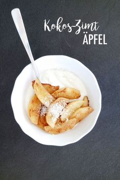 Coconut cinnamon apples, fried and garnished with yogurt. The recipe at juliefeelsgood.de (Apple Recipes) Coconut cinnamon apples, fried and garnished with yogurt. The recipe at juliefeelsgood. Clean Eating Desserts, Healthy Dessert Recipes, Healthy Eating, Healthy Lunches, Eating Clean, Healthy Food, Desserts Sains, Snacks Sains, Clean Baking Pans