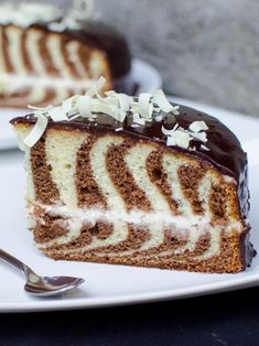 Zebra Cake Recipe, such a beautiful surprise on the inside. Amazing Cake for birthday Cupcakes, Cupcake Cakes, Baby Cakes, Mini Cakes, Sweet Cakes, Just Desserts, Delicious Desserts, Homemade Desserts, Mini Desserts