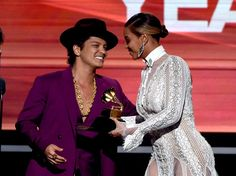 Recording artist Beyonce (R) presents the Record Of The Year award to recording artist Bruno Mars for 'Uptown Funk' onstage during The GRAMMY Awards at Staples Center on February 2016 in Los Angeles, California. Bruno Mars Awards, Bruno Mars News, Beyonce Show, Beyonce And Jay Z, Beyonce Memes, Bruno Mars Beyonce, Morgan Davies Bridal, Record Of The Year, Brunettes