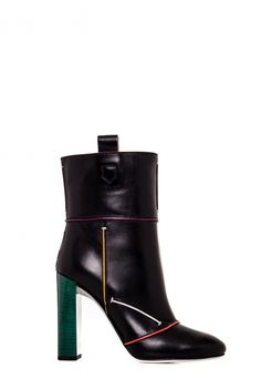 Fendi Сапоги из натуральной кожи с контрастными деталями. Скругленный носок, без застежки, кожаные стелька, подкладка и подошва. ● Высота каблука: 10,5 см.