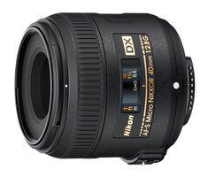 AF-S DX Micro NIKKOR 40 mm f/2,8G  El rápido diafragma máximo le permite seleccionar sujetos para imágenes con un fondo borroso agradable y favorece las capturas definidas en situaciones de poca luz.   Diseñado para capturar hasta el mínimo detalle, este increíble objetivo de fácil manejo ofrece capturas impresionantes así como fantásticas fotografías y retratos.