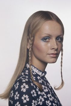 A fresh-faced Twiggy poses in a photoshoot with long hair, side braids and a rounded, blue shadowed eye in proving that though the mod trend was well and truly done, her youthful looks still transcended decades. Vintage Hairstyles, Cute Hairstyles, Hairdos, Estilo Twiggy, Catwalk Makeup, Sixties Fashion, Biba Fashion, Classy Fashion, Modest Fashion