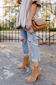 If you're stumped for what to wear on Thanksgiving, these simple Thanksgiving outfit ideas should give you some inspiration. In this post, I'm sharing easy Thanksgiving outfits for everything from a casual friendsgiving to a dressier affair. | thanksgiving outfit, thanksgiving outfit ideas #thanksgivingoutfit Holiday Fashion, Holiday Outfits, Autumn Winter Fashion, Fall Outfits, Winter Style, Fall Fashion, Earthy Outfits, Jean Outfits, Fall Sweaters