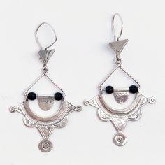 Cercei tuaregi Khomeissa, argint și onix, Niger #metaphora #silverjewelry #tuaregjewelry #earrings #onyx Hamsa, Silver Jewelry, Drop Earrings, Jewellery, Jewels, Silver Jewellery, Schmuck, Drop Earring, Jewelry Shop