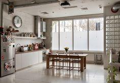 我們看到了。我們是生活@家。: 廚房用餐區功能齊全且有著迷人畫面!倫敦房產仲介The Modern House