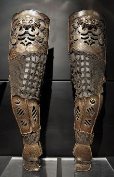 Antique Japanese samurai Edo period kote, arm protection with lacquered iron plates connected with chain armor kusari. Samurai Armor, Knight Armor, Arm Armor, Body Armor, Ancient Armor, Medieval Armor, Elmo, Martial, Samourai Tattoo