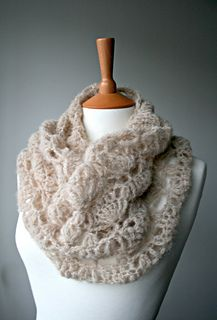 Delicate silk lace crochet cowl pattern by Luz Patterns #crochetpattern #crochet