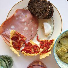 Repas sur le pouce mais avec tout ce qu'il faut : tartelette à la tomate, mortadelle, chèvre frais et guacamole (maison) à tartiner sur du pain viking qui tient au corps. Tout ce que j'aime !