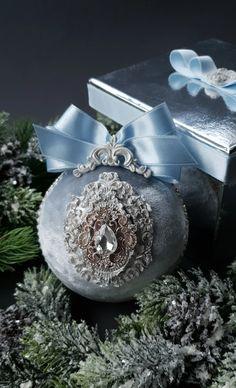 Shabby Chic Christmas Ornaments, Disney Christmas Ornaments, Christmas Poinsettia, Christmas Balls, Christmas Crafts, Christmas Stuff, Xmas Tree Decorations, Crochet Flower Tutorial, Holiday Decor