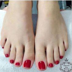 """10.9 mil curtidas, 61 comentários - por Fabi Neuburger com amor  (@dicasdeunhas) no Instagram: """"Vermelho nos pés: mucho amor!  : Meu Vermelho - Vult : @oficina_das_unhas_ #DicasDeUnhasBr…"""""""