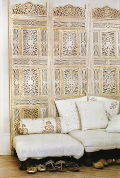 Living room: Bleached wood folding screen / via Elle Decor Elle Decor, Home Interior, Interior And Exterior, Bohemian Interior, Style Indien, Decoration Chic, Boho Decor, Indian Interiors, White Interiors