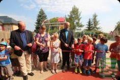 Bautzen: Nach seiner umfangreichen Neugestaltung ist der Kinderspielplatz an der Flinzstraße am Freitag, dem 24. Juli 2015, von Baubürgermeister Peter Hesse und Finanzbürgermeister Michael Böhmer eingeweiht worden.